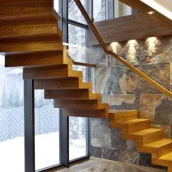 www.trabczynski.com  ST878 Schody dywanowe wykonane z dębu barwionego. Balustrada ze szkła z drewnianym pochwytem. Schody z linii TECHNE. Realizacja wykonana w domu prywatnym , projekt – TRĄBCZYŃSKI