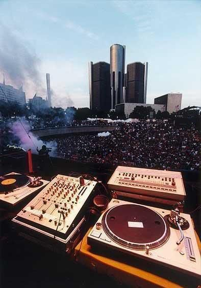 "How do this many people come to a ""music festival"" where are are no musicians...a turntable is not an actual instrument ............................................... Detroit Electronic Music Festival"