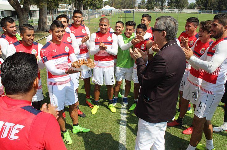 CHIVAS REGALÓ 'PASTELAZO' A VERGARA EN SU CUMPLEAÑOS Jair Pereira intentó aplicar la típica broma cuando el empresario mordió el pastel. Chivas cerró su preparación de cara al encuentro ante los Diablos Rojos del Toluca, en el marco de la Jornada 9 del Clausura 2017.
