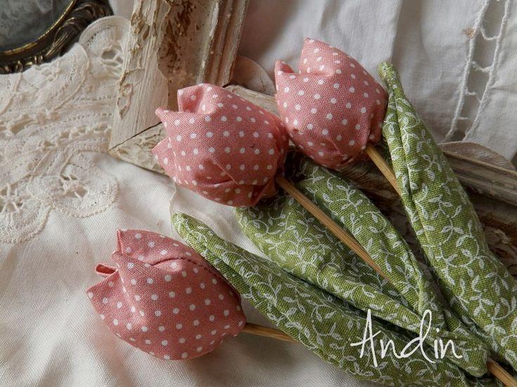Jarní tulipán - pudr malinová Jako dáreček nebo jen tak, sobě pro radost. Květ tulipánu je ušit z bavlněné látky veselých jarních barev , stonek - špejle je zabalen do velkého listu.  Tulipánek je vhodný jako zápich do květináče, nebo jen tak položit na poličku. Hezky vypadá i několik svazků ve vázičce. Barva malinová pudrová Výška +- 18 cm , průměr ...
