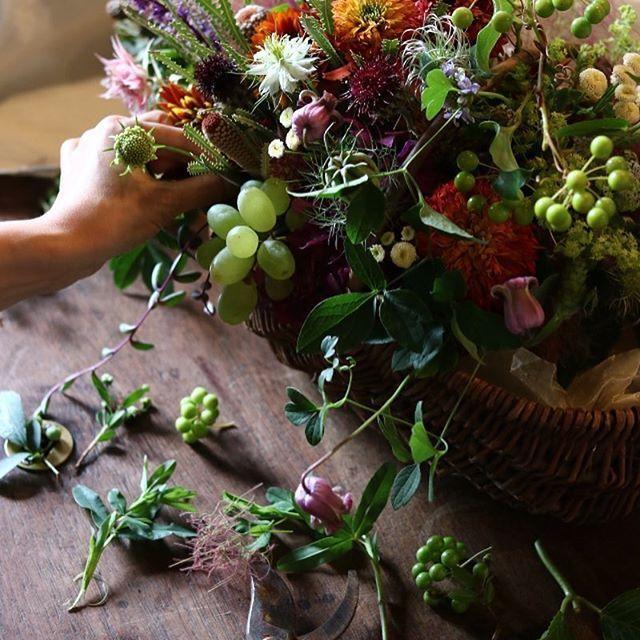 ・ 自由奔放 ・ ・ ・ 初夏の花材をふんだんに使って ・ ・ ・ #arrangement #flower #smoketree  #bouquet #BlackBerry #clematis  #九蓋草#ウツボグサ#エキナセア #カトリエム#初夏#サンキライ #seedlessgrapes#ニゲラ #ブラックサルタン#natural