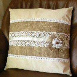 Диванная подушка, декорированная кружевом
