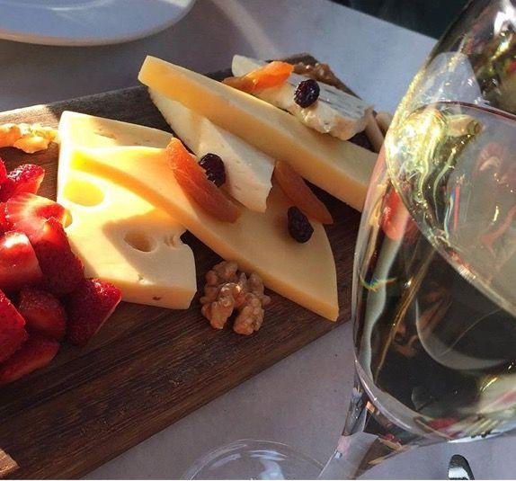 Kimi akşamlar evde de peynir tabağı some evenings the cheese platter at home #wineandcheese #####şarap #wine #peynirtabağı #gurme #yummy #cheeseplate #meyve #sunum #sununönemlidir #organik #beyazşarap #winelover #gourmet
