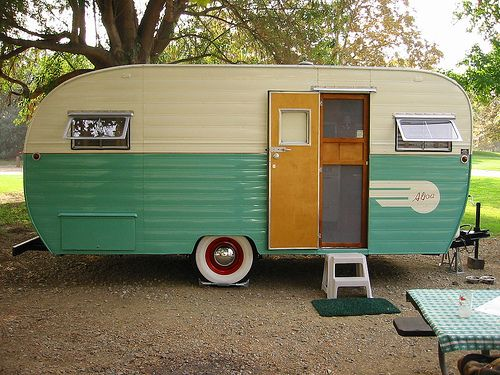 Vintage trailer by Sporto. Cool mix of red rims with green. This is the colour scheme I want for our Scamper.