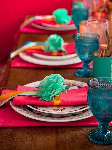 Quer fazer uma festa de final de ano bem colorida e alto astral? Prenda o guardanapo com fitas de várias cores e flores de papel