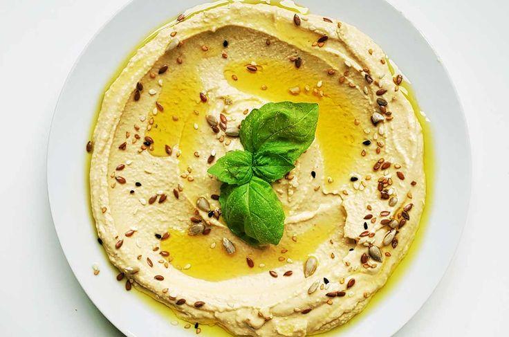 Χούμους (με ταχίνι): Ένα ντιπ το οποίο, μπορεί να έχει κάποια πολύωρη προετοιμασία λόγω των ρεβιθιών, αλλά το αποτέλεσμα είναι βελούδινο, υγιεινό και πεντανόστιμο!