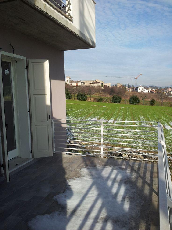 vista dietro. balcone vivibile.