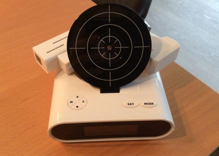 Goods & Gadgets - LCD Digital-Wecker mit Zielscheibe und Infrarot Pistole Gadget