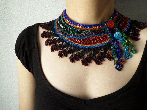 Declaración - ganchillo moldeado - collar collar con negro, naranja, rojo, gris, azul y verde rocallas y encaje de ganchillo