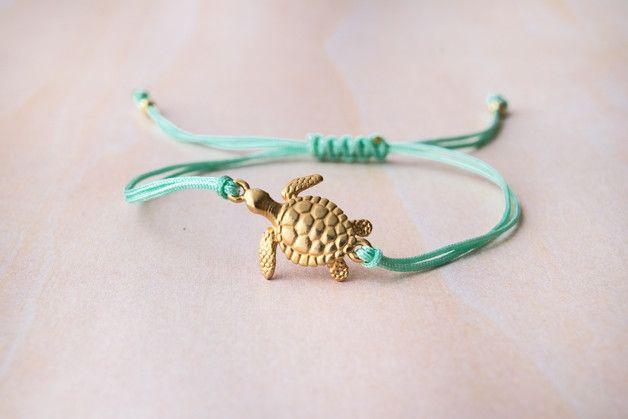 Pulsera con tortuga dorada (23 mm).  ★ Ajustable para cualquier muñeca con un nudo de macramé.  ★ Por favor, añade una nota con el color de hilo que más te guste.