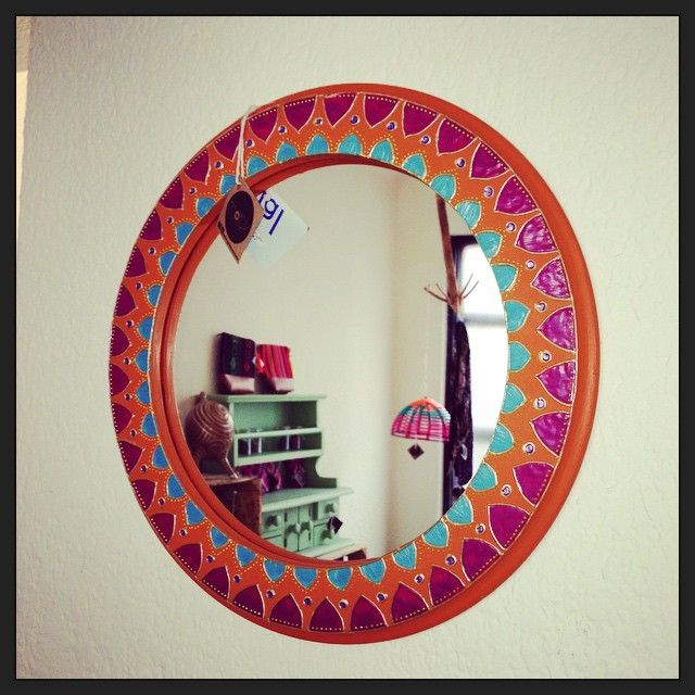 Espejo hecho y pintado a mano con madera reciclada. Mirror made and hand painted with recycled wood