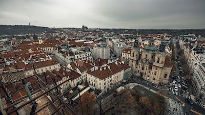 Lešení, které vyrostlo kolem Staroměstské radnice, se tyčí zhruba 30 metrů nad tradičním vyhlídkovým místem.