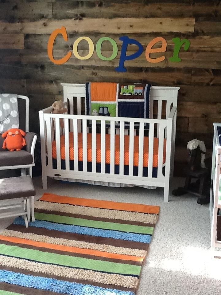 Décorer avec de la planches de grange la chambre de bébé.
