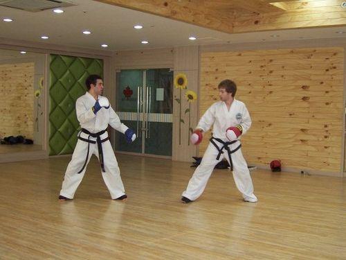 https://flic.kr/p/4WD9UJ | Sparring with Gonzalo | Pusan South korea #taekwondo #martialarts #santiagopinto #kick #blackbelt #태권도