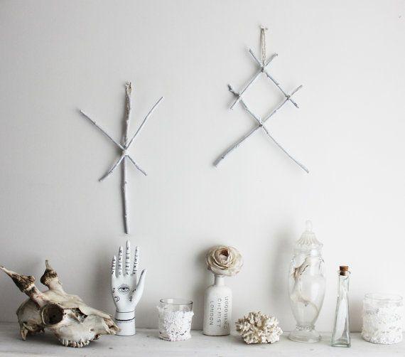 Othala & Algiz .  ensemble de suspensions murales pagan viking, runes en bois et laine décoration magie sorcellerie .
