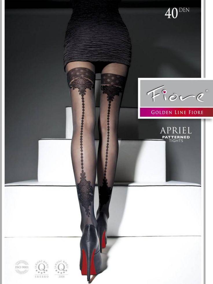 De Apriel fantasiepanty van Fiore is een 40 denier, zwarte naadpanty met lichte glans, die verleiding naar een heel ander niveau tilt! Het prachtige kousenmotie