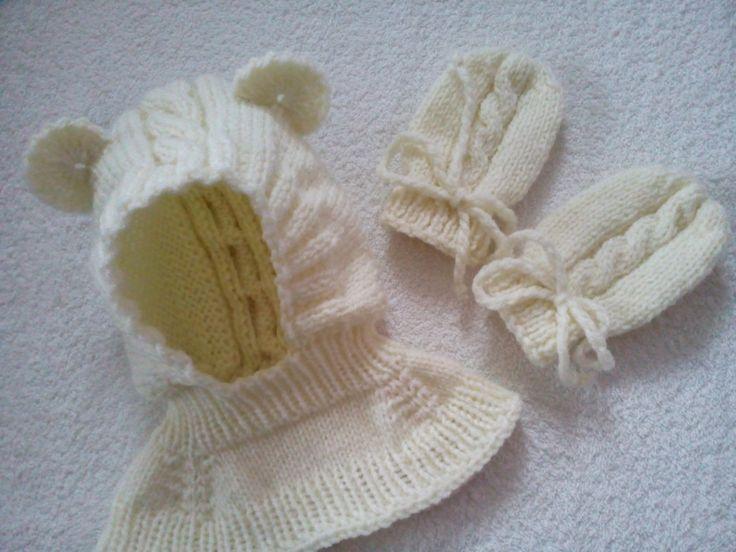 Kukla + rukavičky 0,6 - 1 roku Dětská pletená kukla medvídka se hodí na dítko od 6 měsíců do 1 roku. Medvídek je pletený ve smetanové barvě, má ozdobné ouška a vypletený vzorek. Kuklička je v uni velikosti a dobře se přizpůsobí hlavičce:-). Ke kukličce jsou upetené ve stejném vzorku i malé rukavičky. Pokud máte zájem o soupravu v jiné barvě stačí se ozvat:-). ...
