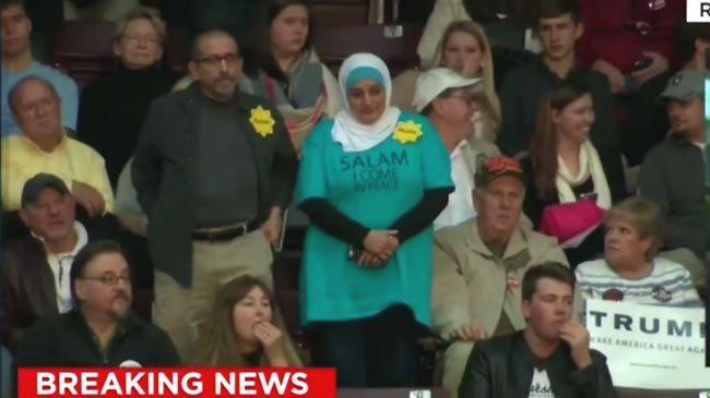 """Una mujer musulmana fue expulsada de un evento de campaña de Donald Trump luego de llevar a cabo una protesta silenciosa y pacífica en contra del candidato republicano, quien llamó a una prohibición de la entrada de musulmanes en el país norteamericano. Imágenes de televisión del evento de Carolina del Sur mostraron a Rosa Hamid, una mujer de 56 años que se desempeña como azafata, con la cabeza cubierta y una remera verde holgada que tenía la inscripción """"Salam. Vengo en paz."""" Ella estuvo…"""