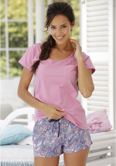 Шорты от Petite Fleur с оригинальным рисунком - отличная идея для пижамы. Благодаря эластичному поясу на кулиске они отлично сидят, свободный крой не сковывает движения, а мягкий хлопок обеспечивает оптимальный комфорт. Дополните такие шорты удобной однотонной футболкой, и красивый практичный комплект для сна и отдыха готов. Создать собственную любимую пижаму с шортами от Petite Fleur не составит труда!