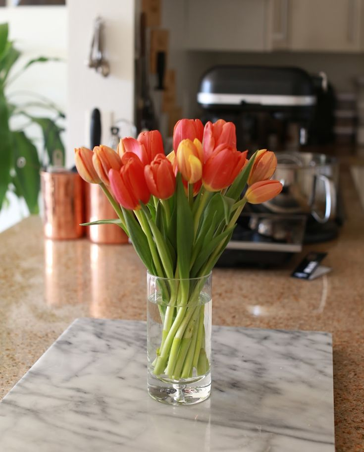 Super Simple & Sleek Tulip Center Piece.