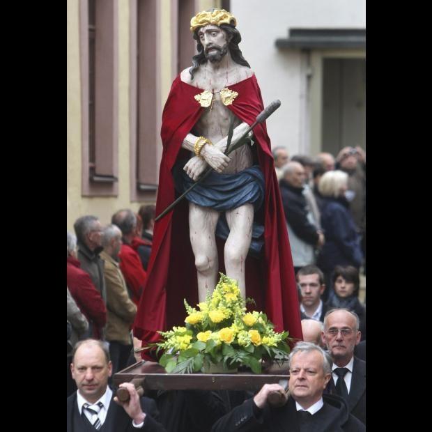 Varios fieles participan en una procesión de Viernes Santo en Lohr am Main (Alemania) hoy 06 de abril de 2012. EFE/Karl-Josef Hildenbrand