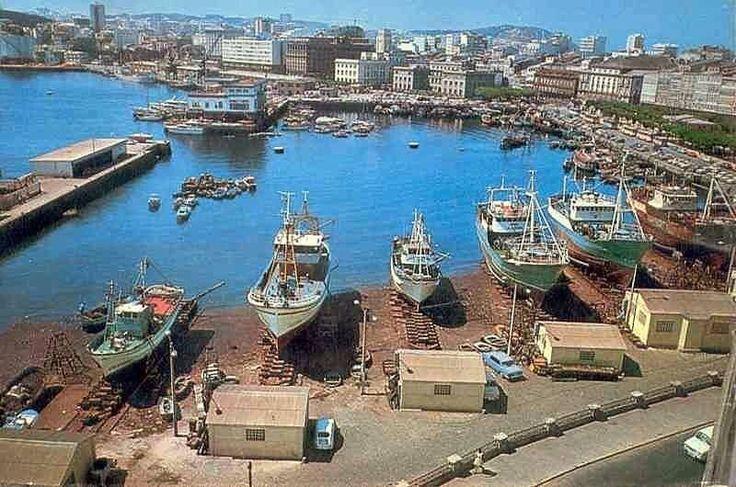 Dársena de la Marina con los antiguos astilleros. La Coruña años 70.