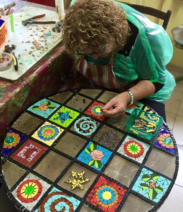 table design mosaic שולחן מחולק