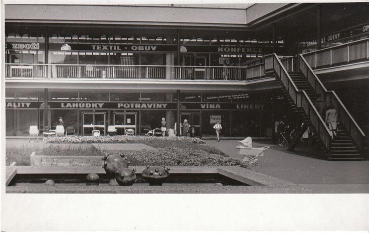 """Na snímku z roku 1983 je Družstevní centrum na Plzeňské Doubravce. V tu dobu bylo otevřeno pátým rokem a Plzeňané tam občas koupili zboží, které jinde sháněli marně. Obchod totiž neprovozovala tehdy většinová Jednota, ale """"konkurenční"""" Západočeské konzumní družstvo. V Plzni mu patřil také hotel Ural (dnes Central)."""