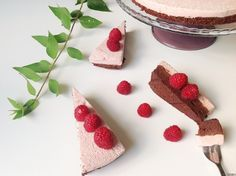 Detta är vinnartårtan jag lagade när jag hade tre instagramvänner över på middag. Tårtan blev mycket uppskattad, krämig, fyllig och så lyxig, men väldigt enkel att göra (dock tar det lite tid att vänta på att den ska bli klar). Tryck nedan för att komma till receptet! Gör chokladtårtan så här: Botten är mitt vanliga...