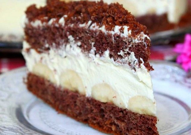 Krémový dort s banány, krémem z bílé čokoláda a smetany. Jednoduchý a nenáročný na přípravu.