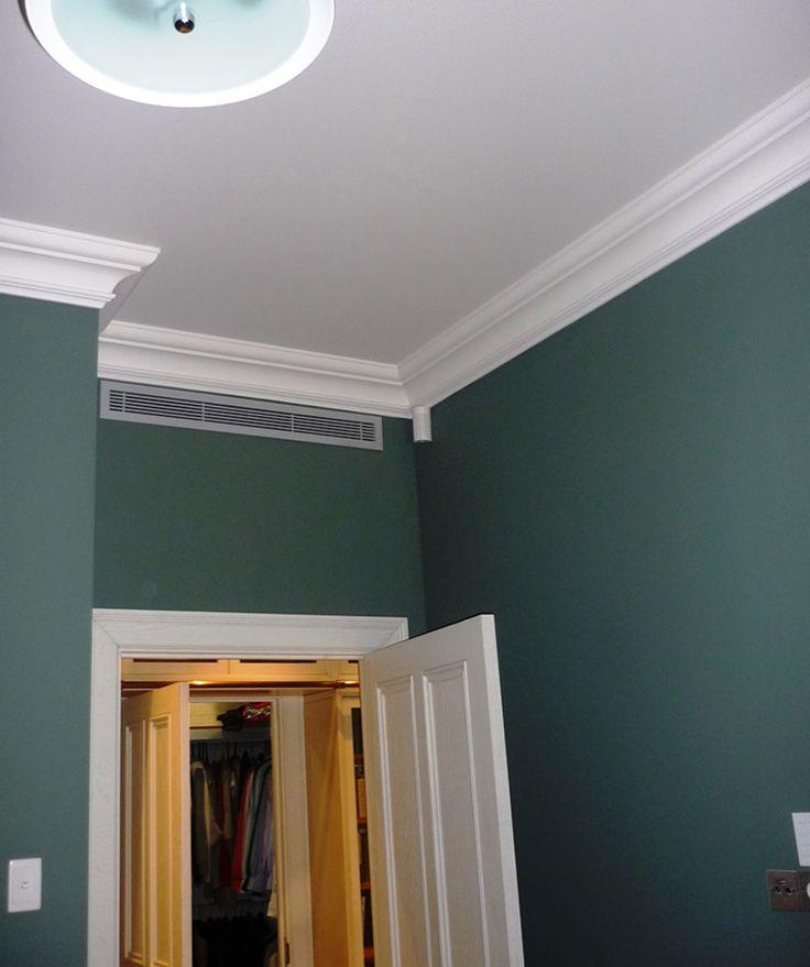Одна из комнат квартиры. Слева внизу на стене приемник сигналов от пульта управления автоматизацией квартиры («умный дом», управление освещением, вентиляцией и кондиционированием, отоплением/теплыми полами, шторами), наверху, в углу высоконадежный проводной датчик объема системы безопасности квартиры, справа на стене видна группа розеток для навеса ТВ (эфирное ТВ, DVB, IPTV, Perao Ware 4K).  http://www.perao.ru/works/3271/