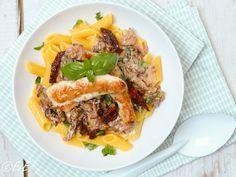 Soms word ik getipt over een lekker recept. Zo ook dit recept van een vriendin dat ik meteen uitprobeerde. En het is zeker een blijvertje! Pasta in een romige saus met kip en zongedroogde tomaat. I...
