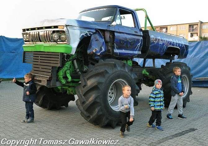 Niesamowite pokazy Monster Truck w Wolsztynie, Sulechowie i Zielonej Górze.  Kaskaderzy z grupy Monster Show Chaloupka przez wiele lat przygotowywali swoje popisy, aby w końcu zaprezentować je przed zebraną publicznością.