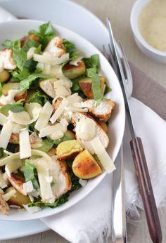 Caesar Maaltijdsalade: lekkere gegrilde kip, Romaine sla, Parmezaanse kaas, opgebakken krieltjes, croutons en die heerlijke typische saus. Binnen 20 minuten klaar en waanzinnig lekker. Maken!
