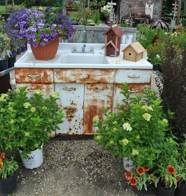 Shabby Chic Schrank aus Metall mit Waschbecken