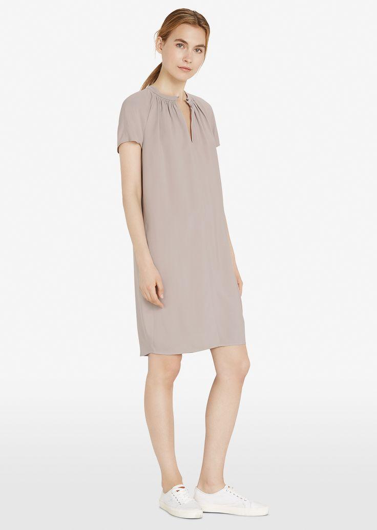 Jurk Description: Deze soepele jurk van zuiver viscose heeft een lichte A-lijn. Het geheel heeft een sleutelgat halslijn met plooien. Price: 99.90 Meer informatie #Marc OPolo