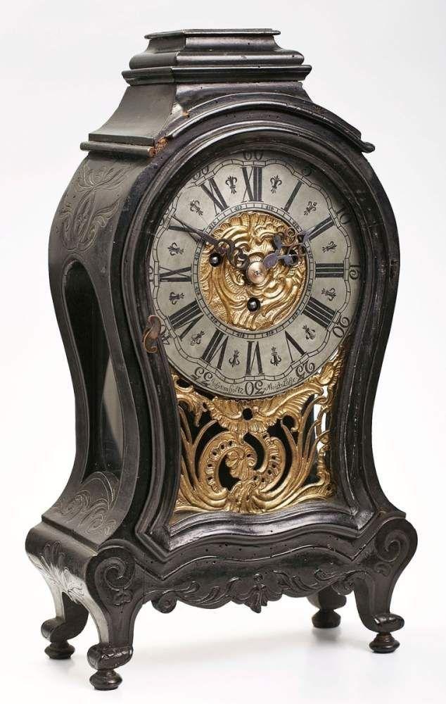 Barock-Pendule, Mainfranken, Lohr um 1760Weichholzgehäuse reliefiert u. geschweift. Messingornament — Uhren