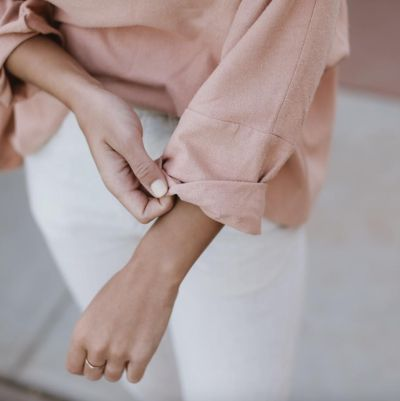 dusty pink summer shirt. From clean lines to neutral palettes, find you minimalist style with these stylish looks, made of basic and tailored pieces. minimal neutral style | minimal neutral outfit | minimal neutral simple | minimal neutral chic | minimalist nude style | minimalist nude chic