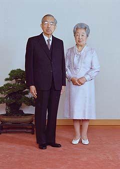 昭和天皇  香淳皇后|ラビット速報 / 昭和帝は、敵の前に立ちはだかり、全身全霊を以って日本国と日本国民を守り抜かれた。昭和帝は、御自分のお好みや「お気持ち」など一切口になさらなかった。今上帝(平成帝)がああなってしまわれたのは、GHQの仕掛けた『WGIP』の所以である。御皇室を内側から破壊すべく今上帝の妃にGHQの息のかかった正田美智子さんを送り込んで来たのも『WGIP』の一環であった。神と人との間に立つ「天皇」は、誰でもなっても構わない「権力者」である「国王」等とは全く違う御存在である。国家国民の安寧を祈る事が天皇の御仕事である。国王の真似事などなさる必要は無い。戦後、天皇に押し付けられた仕事の殆どはどうでもいい雑事である。今上帝は祭祀に専念して頂きたい。夫婦揃って健康体ではない徳仁親王殿下御夫妻に天皇皇后の御務めは無理。国民を騙すのはやめて、きちんと健康体であられる秋篠宮両殿下に継いで頂くのが筋である。何なら、「正当な天皇の血筋のもっと濃い王殿下」方も沢山おいでになるので、その方々に継いで頂いても結構。皆様にはぜひ、御戻り頂きたい。GHQなんか関係無い!!!( `ω´…