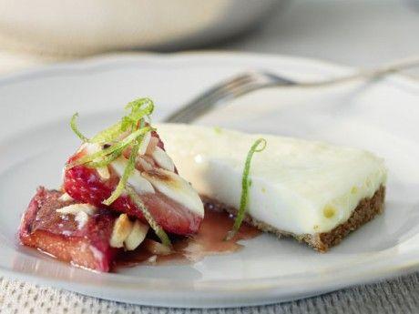 Limecheesecake med gratinerad rabarber och jordgubbar Receptbild - Allt om Mat