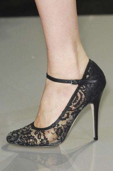 Lace detailed shoe.