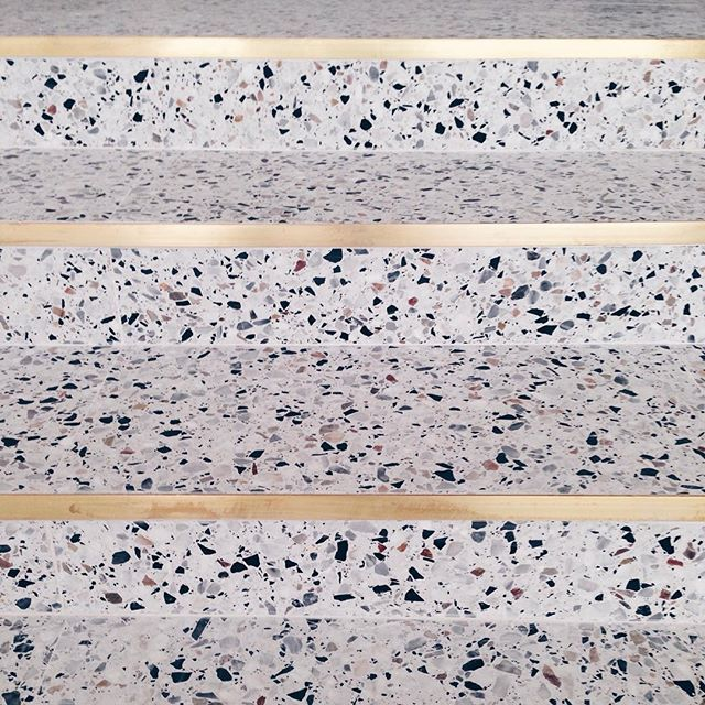 el granito es un material muy estético y a su vez ideal por su resistencia, en esta escalera la cual está bien el material, ya que es área común y suele ser muy transitada, pero lo que llamó mi atención fueron los bordes en dorado metal los cuales realzan y estilizan los escalones.