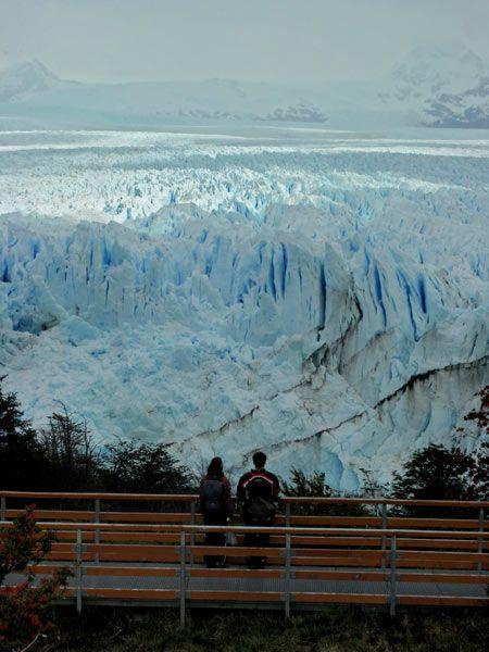Pareja observado el glaciar Perito Moreno en Argentina
