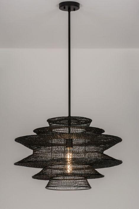 Artikel 72388 Bijzonder sfeervolle, grote hanglamp / draadlamp voorzien van een open structuur. Deze opvallende vintage hanglamp valt op door de bijzondere vormgeving en structuur. Het armatuur bestaat uit kleine, zwarte, gevormde ringetjes van draad welke tezamen een geheel vormen.http://www.rietveldlicht.nl/artikel/hanglamp-72388-modern-landelijk-rustiek-zwart-metaal-rond