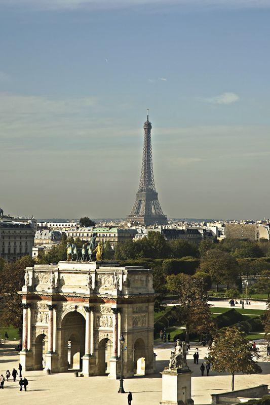 In de foreground is de Arc du Carrousel, which defines de east end of de Voie Triomphale, n oso de start of de Jardins des Tuileries. In de distance is de Eiffel Tower in Paris, IIe-de-France_ North France