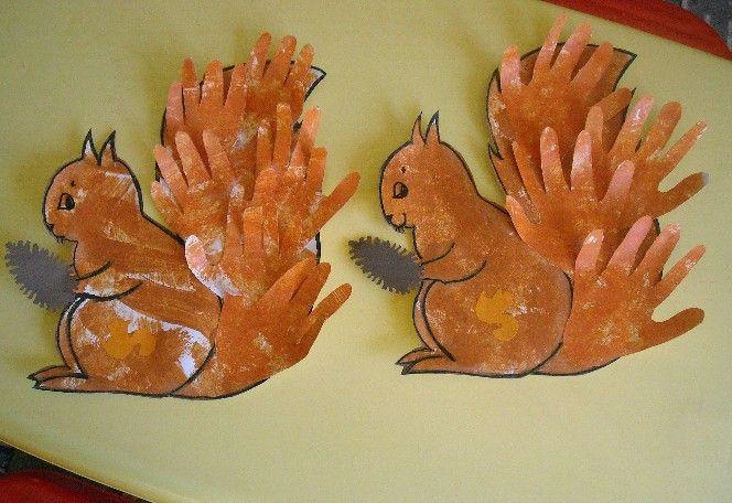 Fun fall craft for little kids: handprint squirrels! Bricolage maternelle: écureuil avec mains.