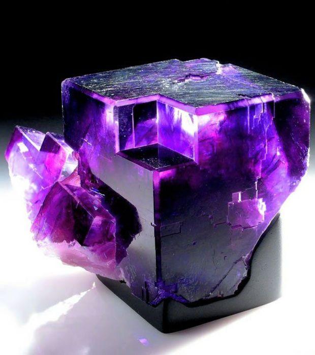 La fluorine est un minéral composé de fluorure de calcium et de traces d'éléments divers. Sa couleur dépend de la présence de ces résidus