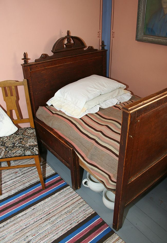 Sängyt olivat ennen lyhyempiä. Sängyn alla odottaa yöastia. Oulu (Finland)