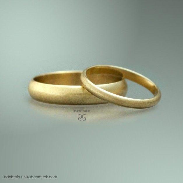 .  Zwei schlichte Gelbgold Trauringe mit halbrunder, matter Oberfläche für Sie & Ihn.  Die Ringe sind Fugenlos, **OHNE Lötnaht** und können daher später problemlos in der Größe geändert...