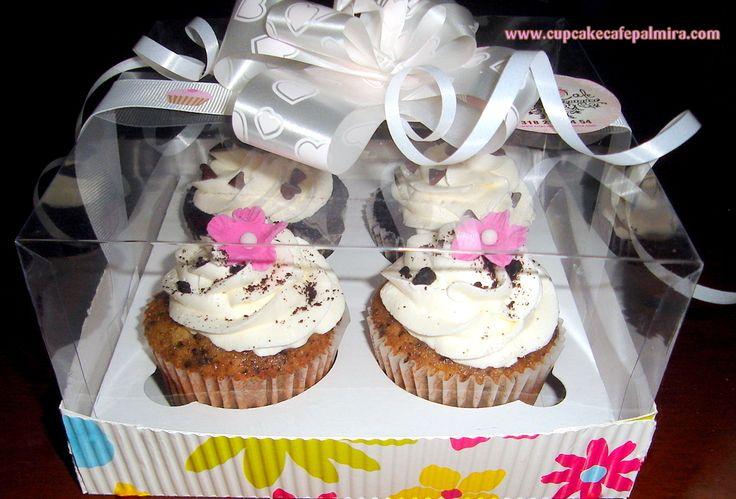 Presentación de 4 cupcakes en caja con tapa de acetato decorada.
